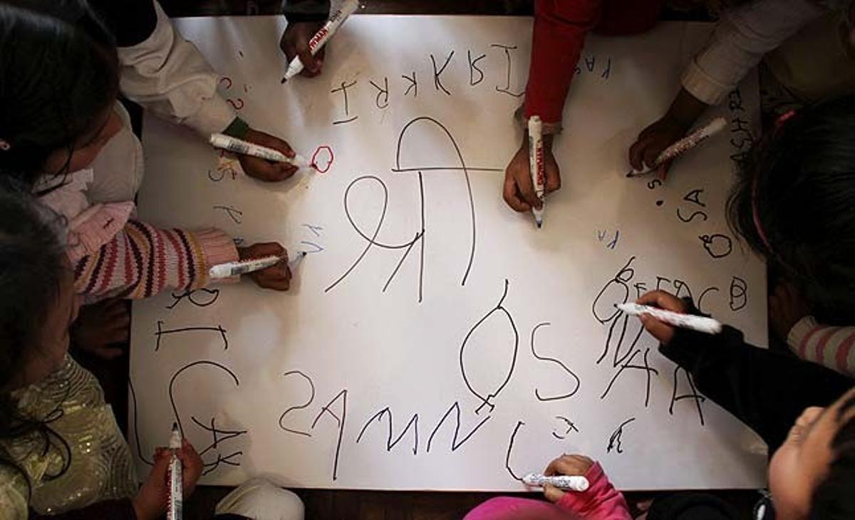 Un grup de nens escriuen lletres en una cartolina durant la commemoració del festival Bsant Panchmi, en un jardí infantil a Kàtmandu (Nepal). Els estudiants nepalesos visiten els temples durant aquest dia per rendir culte a la deessa Saraswati, muller de Brahma, deessa de l'aprenentatge i la saviesa.