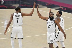 Durant, Harden e irving chocan manos en una acción del partido ante los Cavaliers