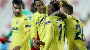 Chukwueze, felicitado por sus compañeros del Villarreal.