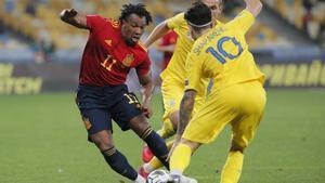 Adama, el mejor español ante Ucrania, rebasa a un rival durante el partido.