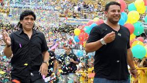 Antonio Mohamed (derecha), en un partido homenaje a Zanetti, al que acudió Maradona.