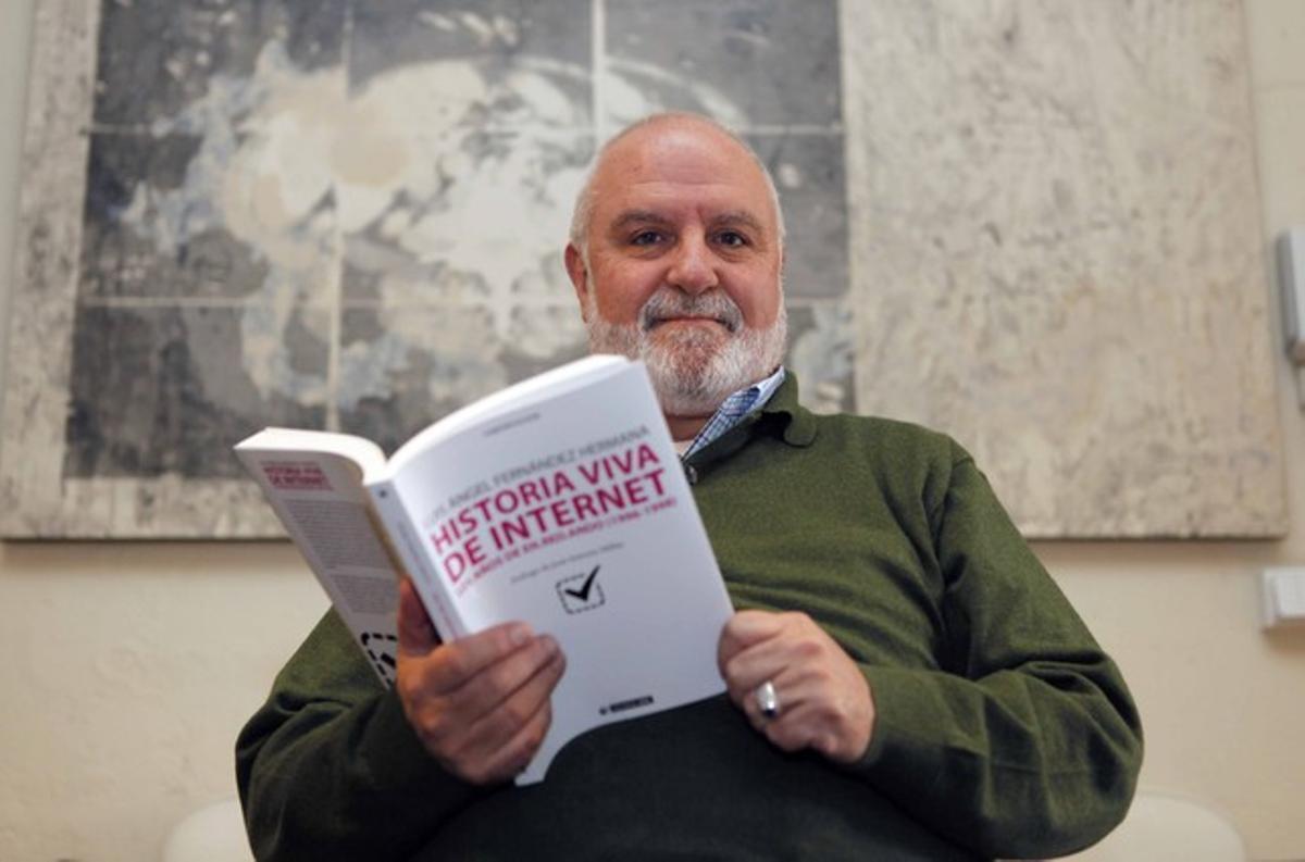 Luis Ángel Fernández Hermana, con su libro.