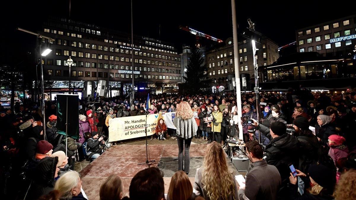Protestas este martes en Estocolmo por la entrega del Nobel a Handke.