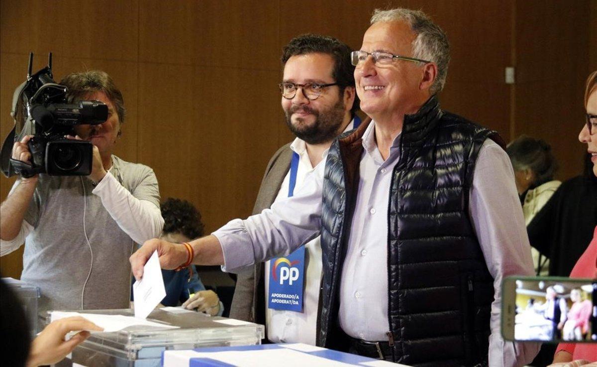 Josep Bou vota en el Centre Cívic Vil·la Florida, el domingo.