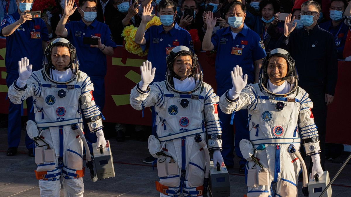 China confirma que el lanzamiento al espacio de su nave tripulada ha sido un éxito. En la foto, los astronautas Nie Haisheng, Liu Boming y Tang Hongbo.