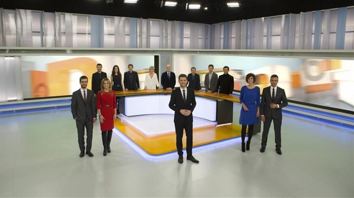 Los presentadores de los Telenotícies de TV-3, en el plató de los informativos de la cadena.