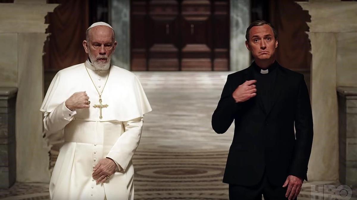 John Malkovich (izquierda) y Jude Law en 'The new Pope'.