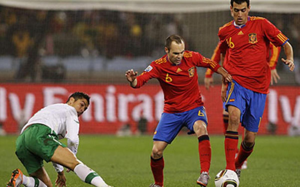 Iniesta y Busquet controlan el balón ante Cristiano Ronaldo, que no puede evitar que se lo quiten.