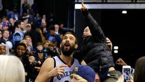 Marc Gasol con un joven hincha de los Grizzlies tras un partido esta semana.