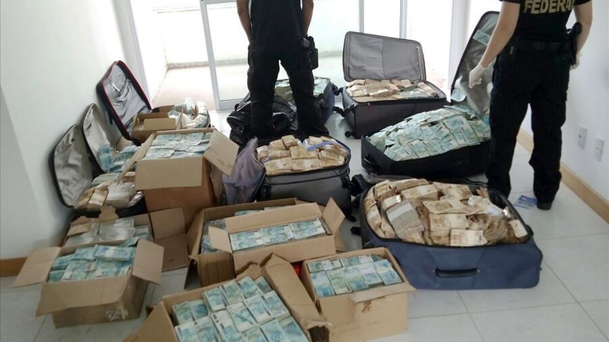 Maletes plenes de diners en un pis usat per un exministre de Temer