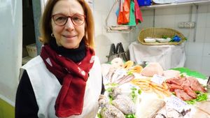 Mercè Rodríguez, propietaria del puesto Peix Fresc Mercè, en el mercado de Sant Antoni, con unas sepias.