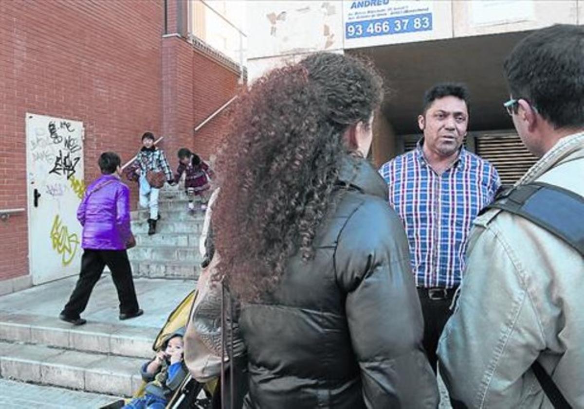 Carlos Sandoval, el padre de los niños víctimas de abusos, ayer junto a la parroquia de Santa Rosa.