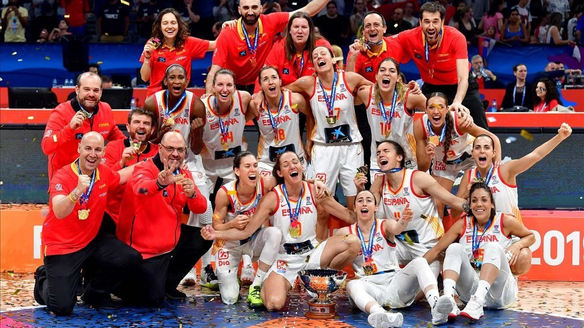 Las jugadoras de la selección celebran en la pista su nuevo título en Belgrado.