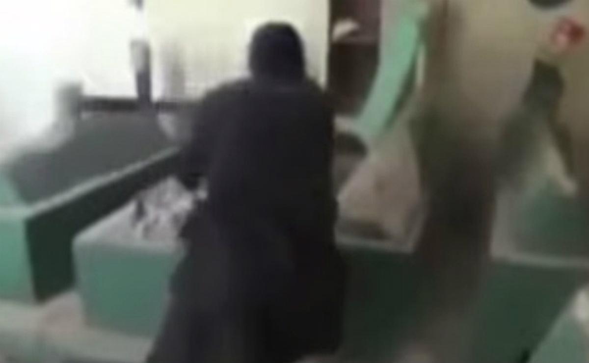 Un yihadista destroza a martillazos los sepulcros de la mezquita de Jonás, en Mosul.