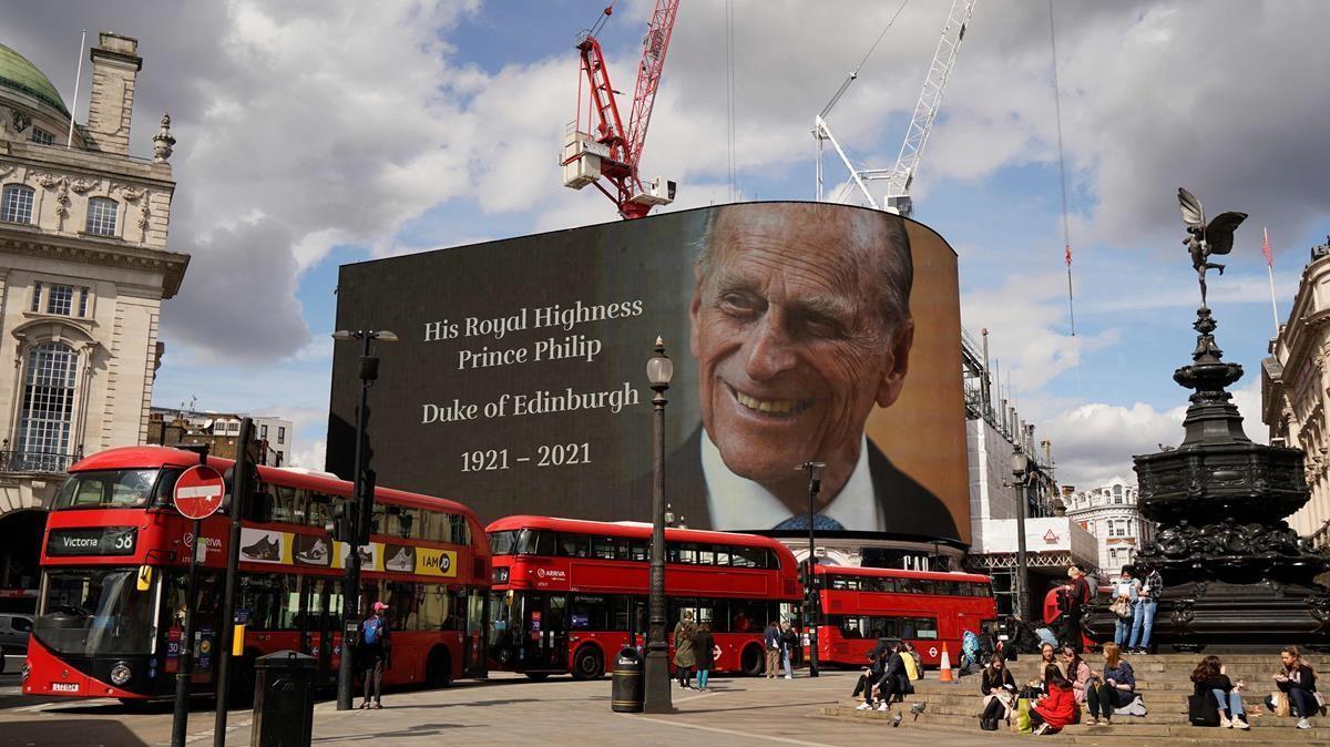 Instalan un cartel en Piccadilly Circus en homenaje al príncipe Felipe, Duque de Edimburgo de Gran Bretaña, al conocerse la notícia de su fallecimiento hoy.
