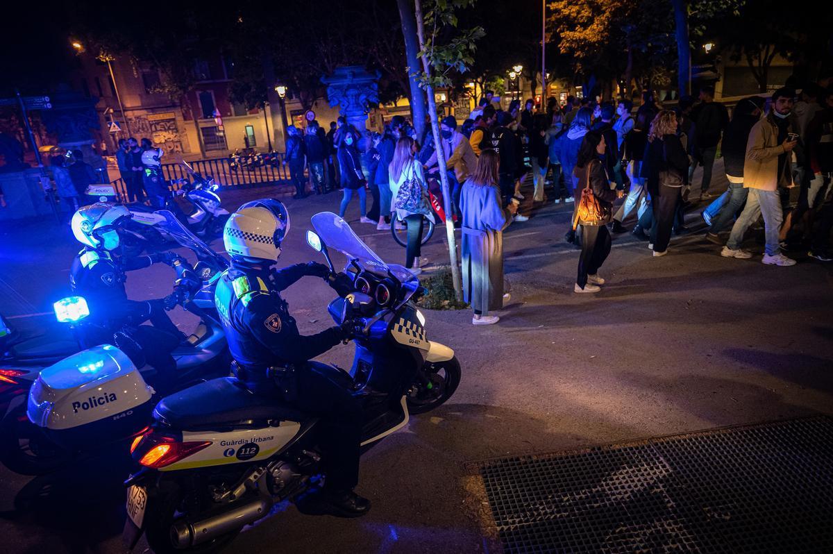 Urbana y Mossos desalojan a 9.000 personas en la segunda noche de botellones en Barcelona