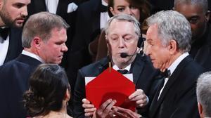 Brian Cullinan (izquierda) conversa con Warren Beatty sobre el lío de los sobres.
