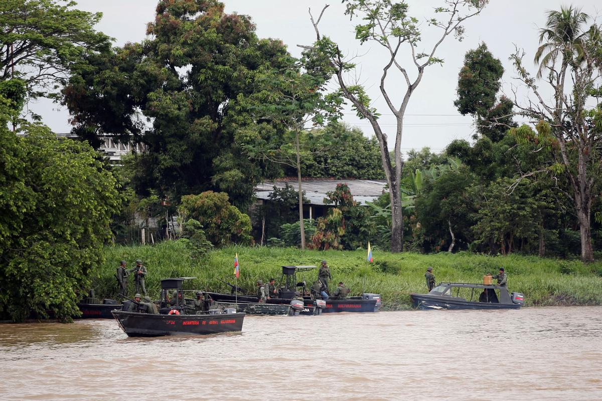 Soldados venezolanos patrullan este miércoles  con barcazas el rio Arauca, en la frontera con Colombia.