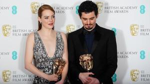 Emma Stone y Damien Chazelle, con sus premios Bafta por 'La La Land'