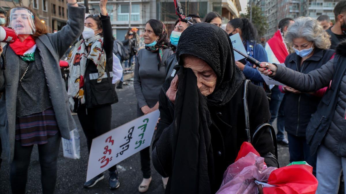 Una anciana participa en una marcha para conmemorar el Día Internacional de la Mujer en Beirut, Líbano.