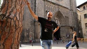 Llucià Ferrer, junto al árbol que da nombre y personalidad a su plaza favorita del Gòtic.