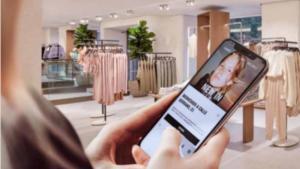 Uso del móvil en una tienda Zara.