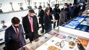 Jordi Penas, el director del museo azulgrana, en el centro, guía a un grupo de visitantes este viernes por la tarde.