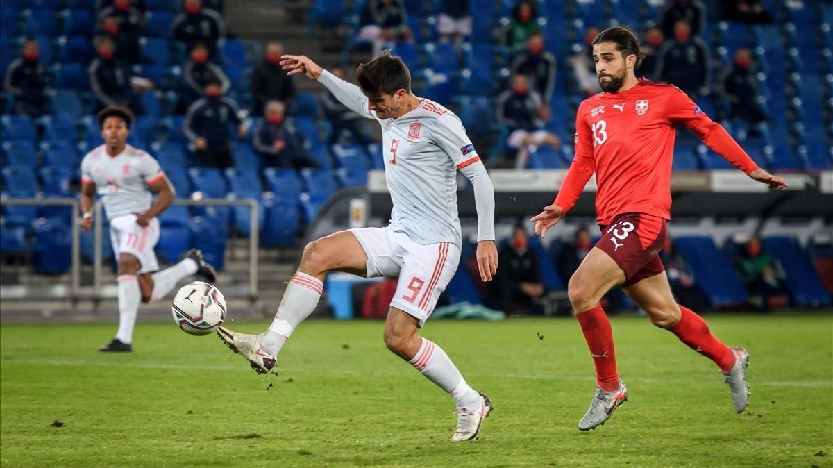 Gerard Moreno, con la derecha, anota el 1-1 a dos minutos del final.