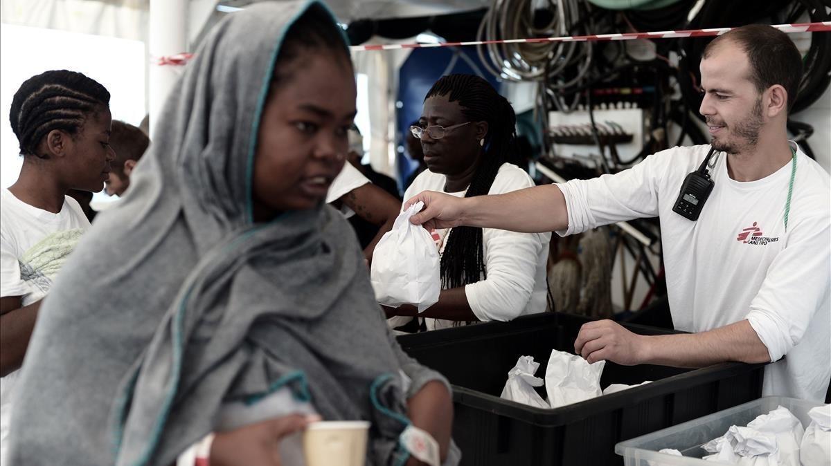 Reparto de comida entre los inmigrantes acogidos en el 'Aquarius'.