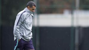 Valverde, en actitud pensativa, antes de empezar el entrenamiento en la ciudad deportiva del Barça.