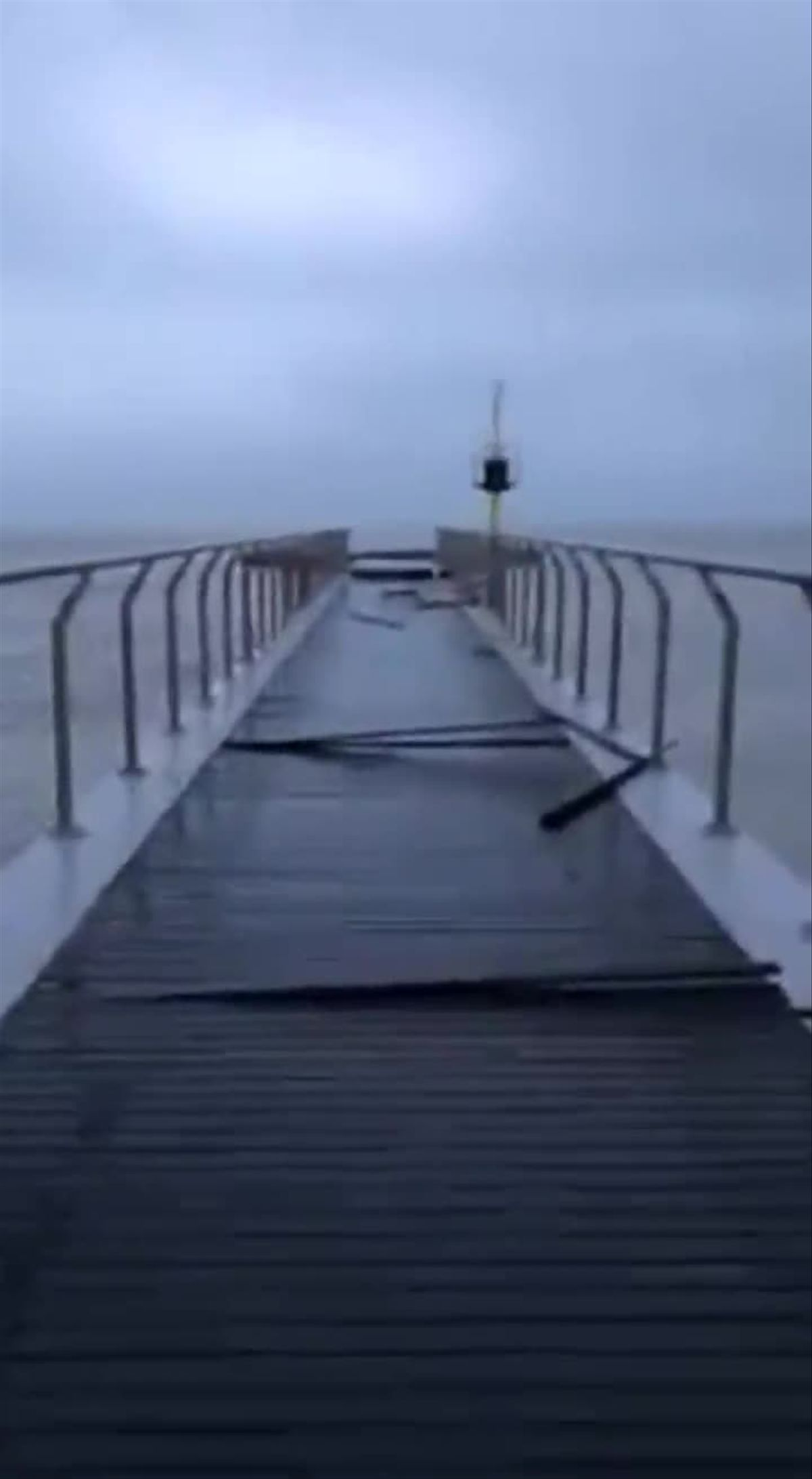 Así ha quedado el Pont del Petroli de Badalona tras el temporal 'Glòria'.