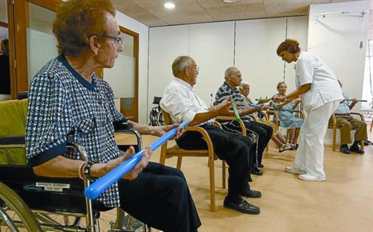 Sesión de rehabilitación en el centro sociosanitario de Vall d'Hebron de CatalunyaCaixa.