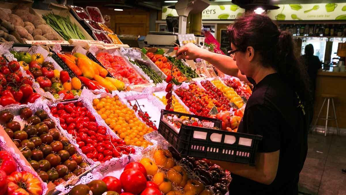 Imagen de archivo de un puesto de frutas y hortalizas
