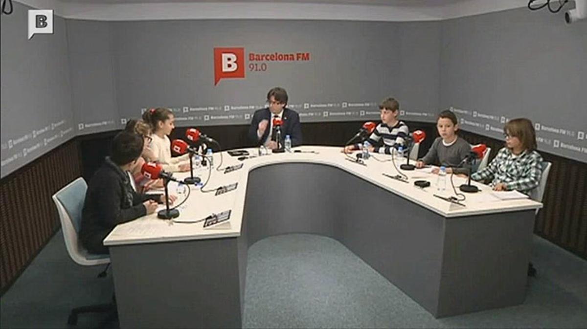 Puigdemont responde las preguntas de un grupo de niños sobre 'el procés'.