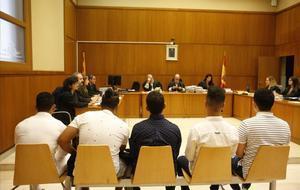 Sis nois s'asseuen al banc dels acusats per haver abusat «per torns» d'una de menor a Manresa