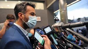 Leopoldo Luque atiende a los medios tras la intervención quirúrgica al exfutbolista.