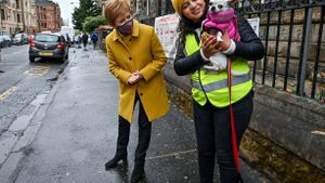 La ministra principal de Escocia, Nicola Sturgeon, y la candidata de SNP Roza Salih, hoy junto al colegio electoral de la calle Annette de Glasgow.