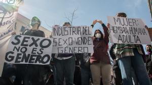 Varias mujeres participan en una manifestación contra las leyes Trans y LGTBI