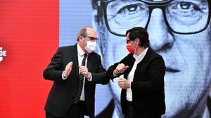 Salvador Illa considera que Ayuso representa el fanatismo, la antipolítica y el espectáculo. En la foto, Ángel Gabilondo e Illa se saludan con el codo en el acto electoral del PSOE en la Comunidad de Madrid.
