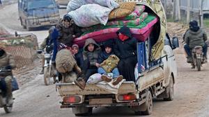 Desplazados sirios huyen de Idleb, este jueves.