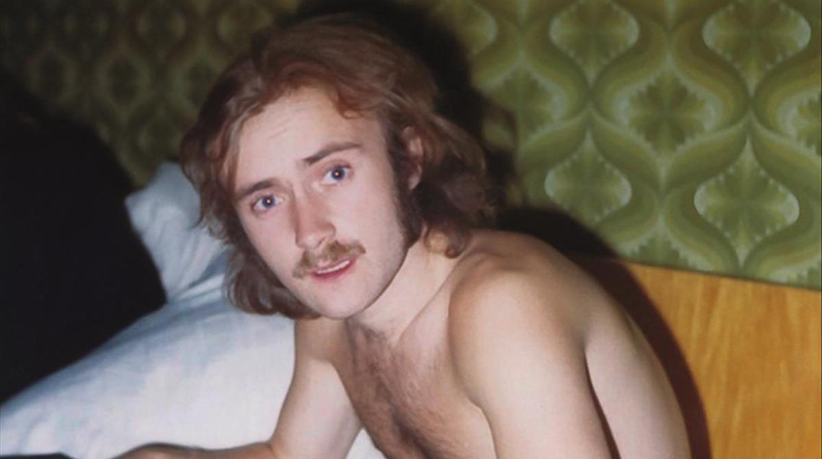 Phil Collins con su colección de cintas en 1970.