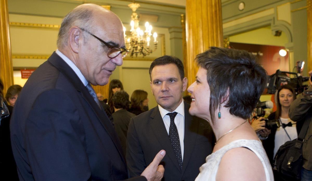 Salvador Alemany(izquierda) yRoger Guash, director general del Liceu, reciben aGala Pin,concejala del ayuntamiento de Barcelona responsable de Ciutat Vella.