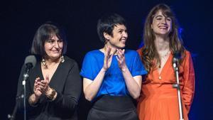 De izquierda a derecha Eva Denia, Anna Roig y Maria Rodés en el concierto homenaje a George Brassens en el Teatre Joventut de L' Hospitalet.