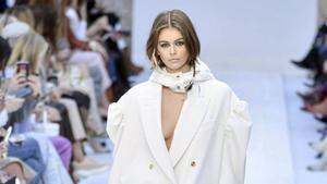 Kaia Gerber, sin sujetador, en un desfile de moda.