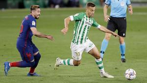 El bético Canales (d) intenta desbordar a Herrera en el partido contra el Atlético.