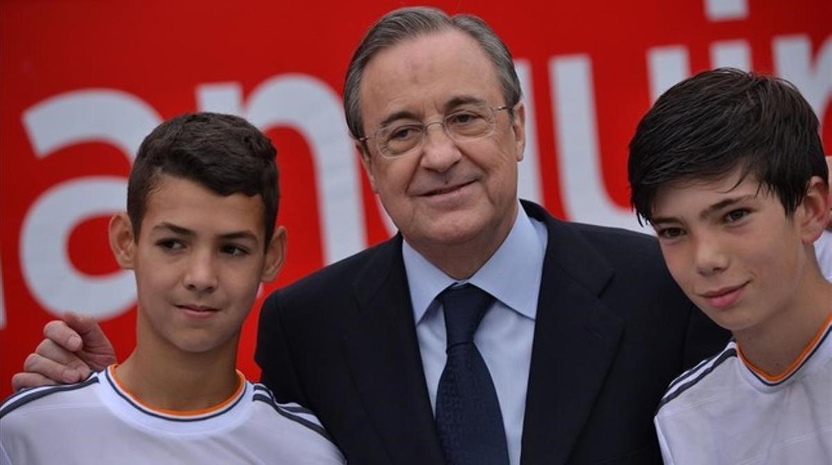 El presidente del Madrid, Florentino Pérez, y, a la derecha, Theo Zidane, uno de los hijos del actual entrenador del primer equipo