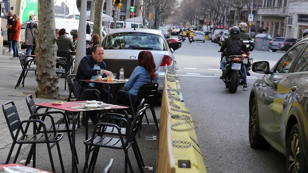 Una de las terrazas de restauración ganadas al asfalto durante este año de pandemia en Barcelona