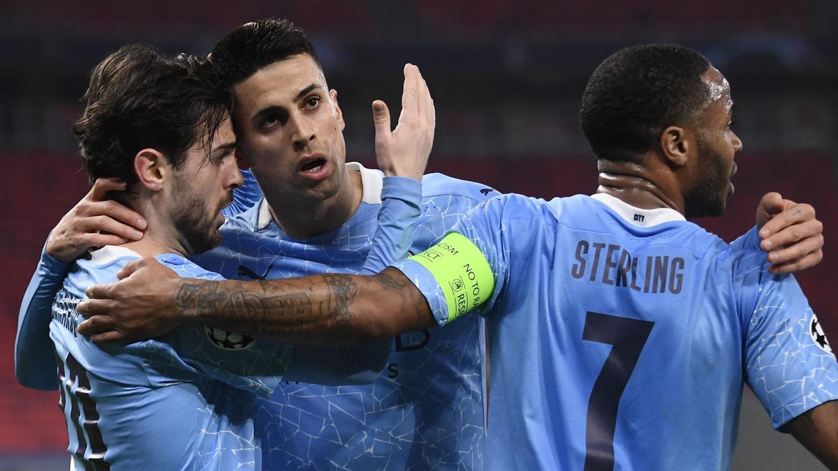 Bernardo Silva, Cancelo y Sterling festejan el primer tanto del City.