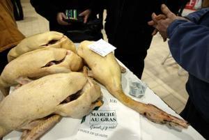 Patos en un mercado francés.
