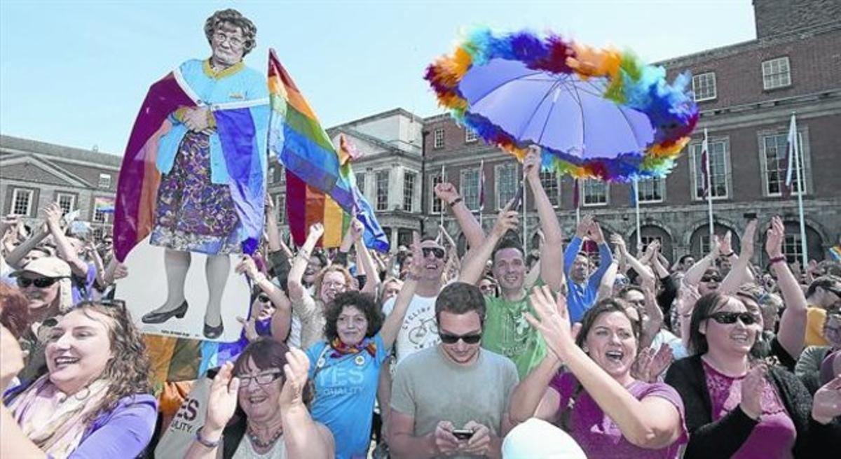 Partidarios del matriomonio gay celebran el triunfo en Dublín.